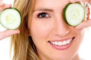 Огірок допоможе швидко і ефективно прибрати мішки під очима.