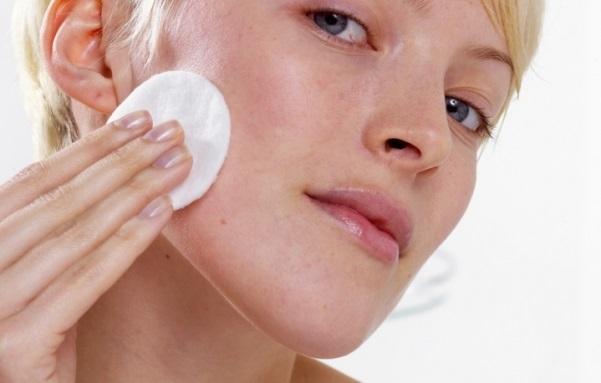 Перед нанесенням пілінгові складу знежирте шкіру.