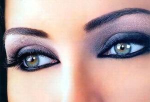 Темно-сірий колір зробить ваші очі глибоким.