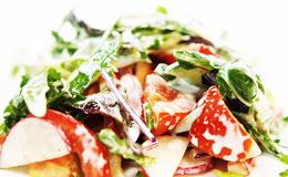 Калорійність салату зі сметаною зі свіжих помідорів, огірків і зелені всього 40 ккал на 100 г