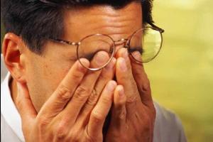 Одна з головних причин слезенія очей це перевтома.