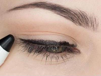Ваші очі потрібно виділися, для цього використовуйте олівець або підводку.